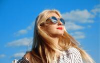 蓝天下的太阳镜美女